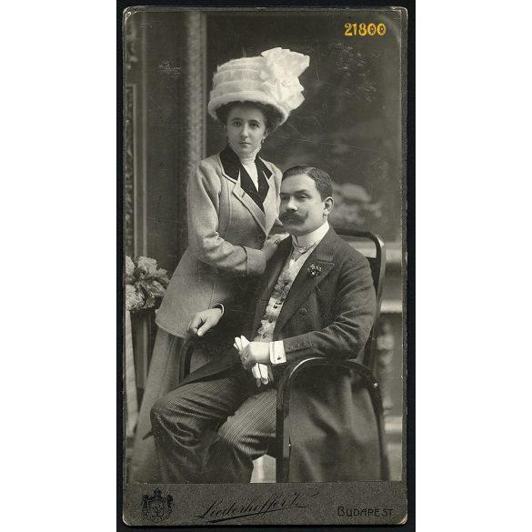 Liederhoffer műterem, elegáns házaspár portréja, bajusz, kalap, 1910, 1910-es évek, Eredeti nagyméretű kabinet fotó.