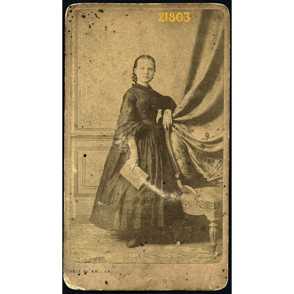 Canzi és Heller műterem, Pest, elegáns hölgy könyvvel, 1860-as évek, Eredeti CDV, vizitkártya fotó.
