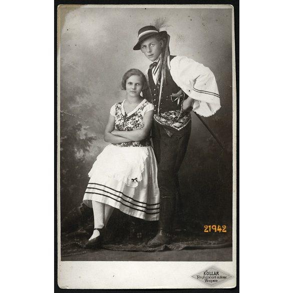 Kollár műterem, Veszprém, fiatal pár népi-nemzeti viseletben, fokos, 1925, 1920-as évek, Eredeti fotó, papírkép.