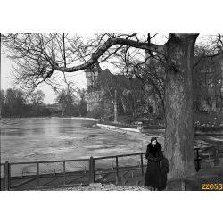 Elegáns hölgy  a Városligetben, Vajdahunyad vára, Budapest, 1930-as évek, Eredeti fotó negatív!