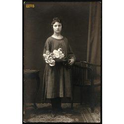 Hegedüs Vilmos utóda műterem, Szentes, elegáns lány virágokkal, 1910-es évek, Eredeti fotó, papírkép.