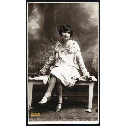 Varga műterem, Mezőtúr (?), elegáns nő padon, festett háttér, 1920-as évek, Eredeti fotó, papírkép.