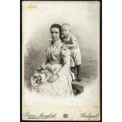 Braun műterem, elegáns anya gyermekével, csodálatos kallappal, Budapest, portré, 1890-es évek, Eredeti kabinet fotó.