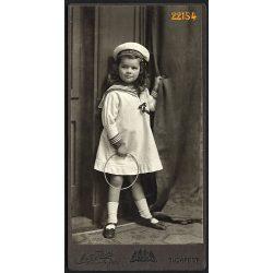 Mai műterem, Szmrecsányi Vera, elegáns kislány matróz ruhában. karikával, játék, Budapest, portré, 1909, 1900-as évek, Eredeti kabinet fotó.