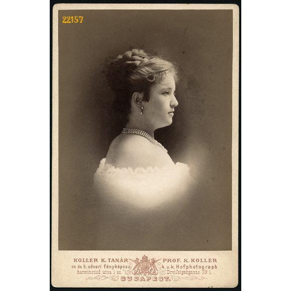 Koller műterem, elegáns hölgy gyöngysorral, Budapest, portré, 1880-as évek, Eredeti kabinet fotó.