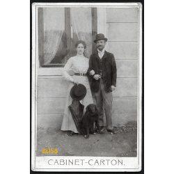 Nyustya, Felvidék, elegáns pár kutyával, kalappal, esernyővel, 1902, 1900-as évek, Eredeti kabinet fotó.