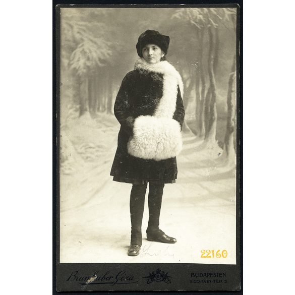 Brunhuber műterem, elegáns hölgy télikabátban, muff, kalap, különös háttér, Budapest, portré, 1910-es évek, Eredeti kabinet fotó.