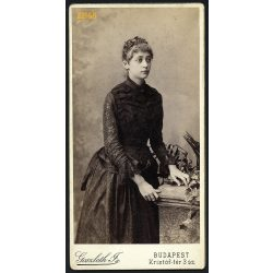 Goszleth műterem, elegáns hölgy csipkeruhában, Budapest, portré, 1880-as évek, Eredeti nagyobb méretű kabinet fotó.