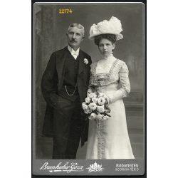 Brunhuber műterem, elegáns pár portréja, bajusz, kalap, virág, Budapest, 1900-as évek, Eredeti kabinet fotó.