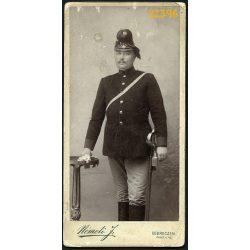 Németi műterem, Debrecen, katona, tüzérségi tiszt egyenruhában, különös sapkában, karddal, portré, 1900-as évek, Eredeti kabinet fotó.