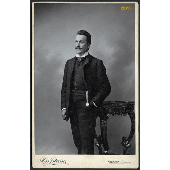 Kiss műterem, Késmárk, Felvidék, elegáns fiatal férfi óralánccal, bajusszal, portré, 1880-as évek, Eredeti kabinet fotó.