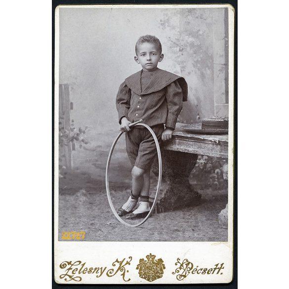 Zelesny műterem, Pécs, elegáns kisfiú karikával, szalmakalappal, 1900, 1900-as évek, Eredeti CDV, vizitkártya fotó.