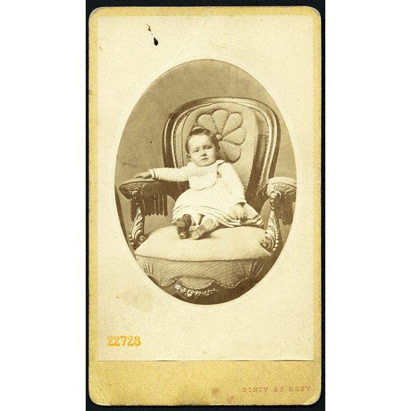 Gondy és Egey műterem, Debrecen, kislány fotelban, portré, 1860-as évek, Eredeti CDV, vizitkártya fotó.