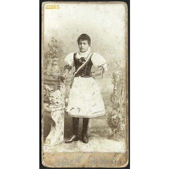 Leon H. műterme, fiatal lány, Kondász Etel nemzeti viseletben, Budapest, portré, 1870-es évek, Eredeti kabinet fotó.