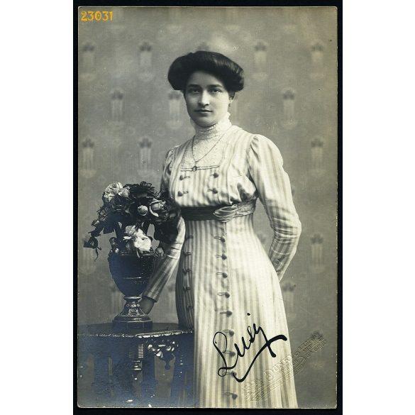 Dunky fivérek műterem, Kolozsvár, Erdély, elegáns hölgy virágokkal, 1910, 1910-es évek, Eredeti szignózott fotó, papírkép.