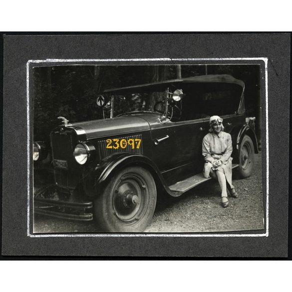 Hölgy Peerless autóval, Piliscsaba, budapesti rendszám, jármű, 1920-as évek, Eredeti kartonra kasírozott fotó, papírkép.