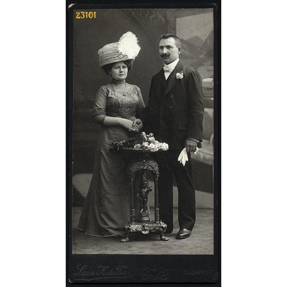 Leon H. és fia műterem, elegáns házaspár portréja, kalap, bajusz, kesztyű, Budapest, 1910-es évek, Eredeti nagyobb méretű kabinet fotó.