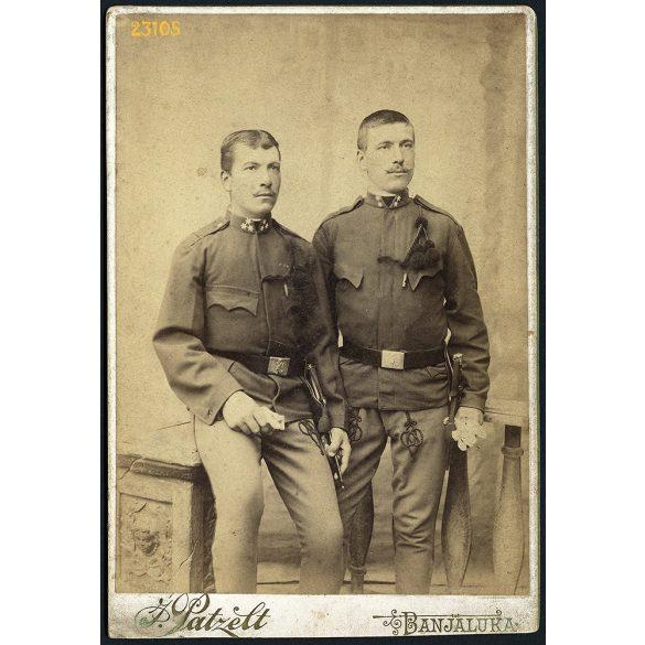 Patzelt műterem, Banjaluka, Bosznia, magyar katonák, tüzértisztek egyenruhában, portré, 1890-es évek, Eredeti kabinet fotó.