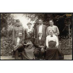 Seenger Ida feminista aktivista jelzett fotója, elegáns párok a padon, legyező, egyenruha, 1920-as évek, Eredeti fotó, papírkép.