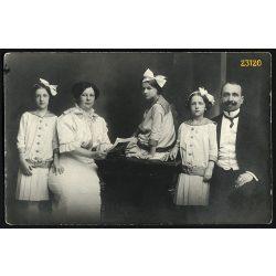 Matz és Társa műterem, Igló (?), Felvidék, elegáns pár három lánnyal, masni, bajusz, 1910-es évek, Eredeti fotó, papírkép.