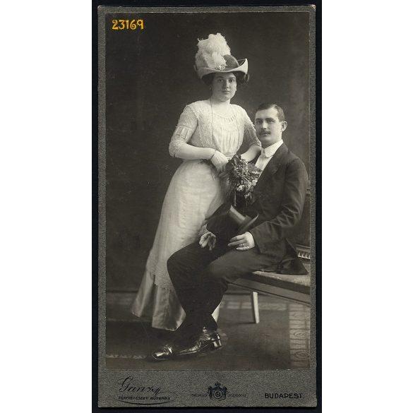 Ganz műterem, elegáns házaspár portréja, cilinder, különös kalap, Budapest, 1900-as évek, Eredeti nagyobb méretű kabinet fotó.