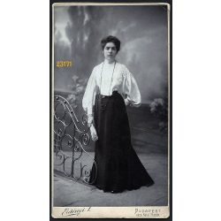 Erdényi műterem, elegáns hölgy legyezővel, festett háttér, Budapest, portré, 1900-as évek, Eredeti, nagyobb méretű kabinet fotó, jobb felső sarka törött.