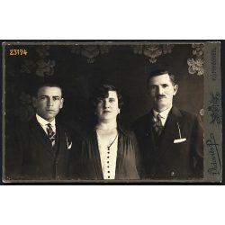 Vidovits műterem, Kunhegyes, családportré, házaspár fiúval, 1910-es évek, Eredeti kabinet fotó.