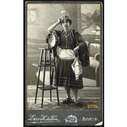 Leon H. és Fia műterem, hölgy különös népviseletben, hangszerrel, Budapest, portré, 1910-es évek, Eredeti kabinet fotó.