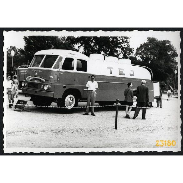 Csepel D 700 tejszállító teherautó, Budapesti Ipari Vásár, jármű, közlekedés 1958, 1950-es évek, Eredeti fotó, papírkép.