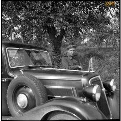 Magyar katona, repülős tiszt Auto Union DKW személygépkocsival, autó, jármű, közlekedés, 2. világháború, Magyarország, 1940-es évek, Eredeti fotó negatív!
