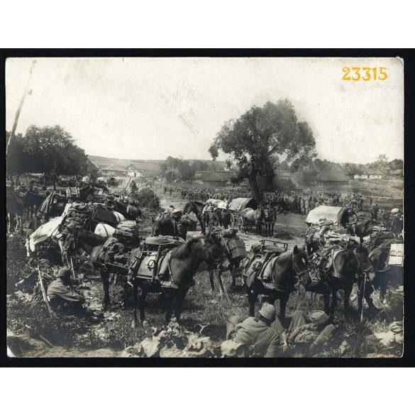 Magyar katonák pihennek a falu szélén, keleti hadszíntér, 1. világháború, egyenruha, 1910-es évek, Eredeti fotó, papírkép.