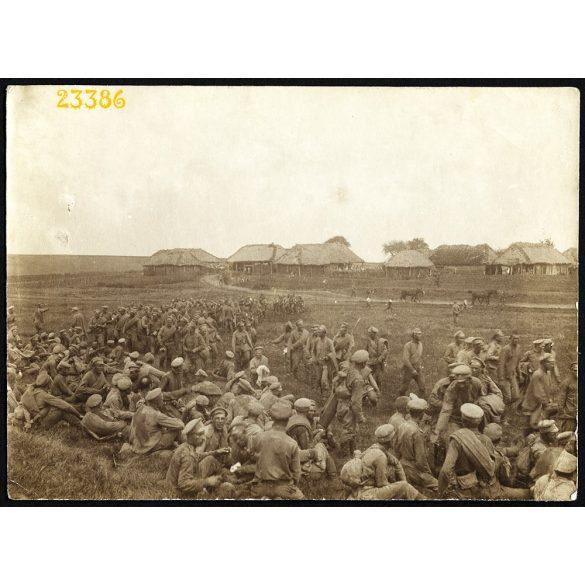 Orosz hadifoglyok pihennek a falu szélén, keleti hadszíntér, 1. világháború, egyenruha, 1910-es évek, Eredeti fotó, papírkép.