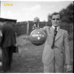 A Kéhli F.C. labdája, foci, sport, kocsma, vendéglátás, reklám, Budapest, labdarúgás, 1930-as évek, Eredeti fotó negatív!