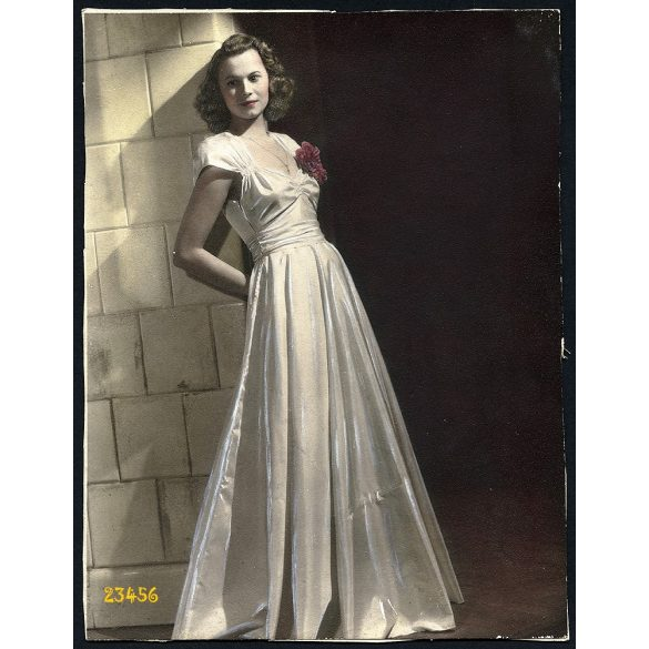 Várkonyi műterem, kézzel színezett, elegáns hölgy portréja, 1930-as évek, Eredeti kartonra kasírozott, nagyobb méretű fotó, papírkép.