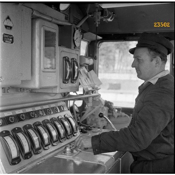M 44 (Bobo) dízelmozdony vezetőállása, vasút, vonat, jármű, közlekedés, 1960-as évek, Eredeti fotó negatív!