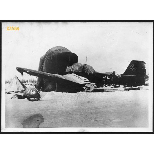 'Melegítik a zubó motorját', Junkers 87 német repülőgép valahol a Szovjetúnióban,  2. világháború, 1940-es évek, Eredeti, nagyobb méretű fotó, papírkép.