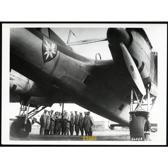 Doriner DO-17 német katonai repülőgép, pilóta, egyenruha, 2. világháború, 1940-es évek, Eredeti, nagyobb méretű, sorszámozott, pecséttel ellátott Doriner fotó, papírkép.