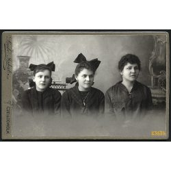 Szabó műterem, Celldömölk, elegáns hölgy, anya lányaival, masni, portré, 1890-es évek, Eredeti kabinet fotó.