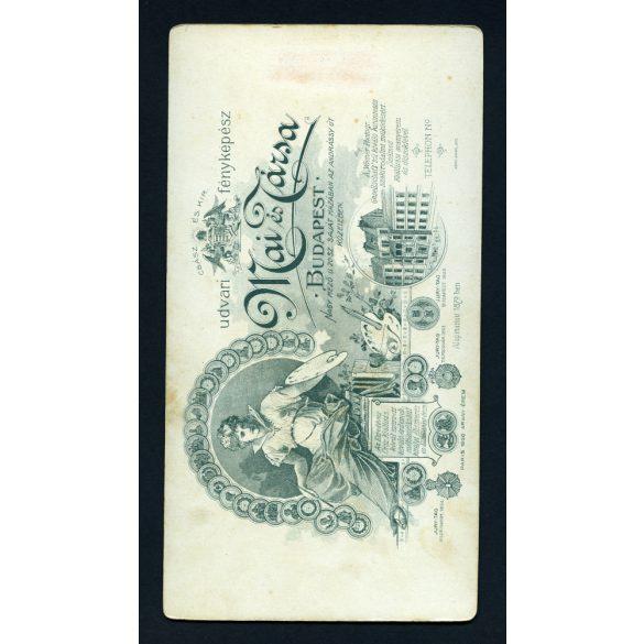 Mai és Társa műterem, kislány játékkal, elegáns ruhában, portré, gyerek, Budapest, hátoldalon a Nagymező utcai műterem rajza, 1900-as évek, Eredeti nagyobb méretű kabinet fotó.