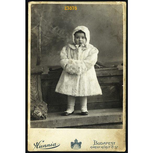 Hunnia műterem, elegáns kislány télikabátban, muffal, sapkában, Budapest,  portré, 1900-as évek, Eredeti kabinet fotó.