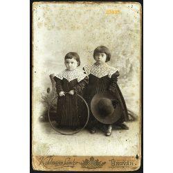 Kohlmann műterem, Ungvár, Kárpátalja, lánytestvérek gyönyörű ruhában, karikával, kalappal, játék, portré, 1890-es évek, Eredeti kabinet fotó.