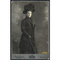 Mérei és Társa műterem, elegáns hölgy különös kalapban, ernyővel,Budapest,  portré, 1900-as évek, Eredeti kabinet fotó, egyik sarkán sérült.