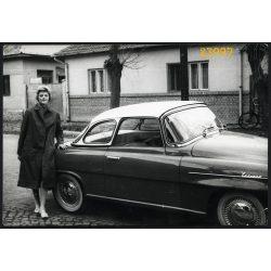 Hölgy Skoda Felicia keménytetős kabrió autóval, jármű, közlekedés, 1960-as évek, Eredeti fotó, papírkép, sarka gyűrött.