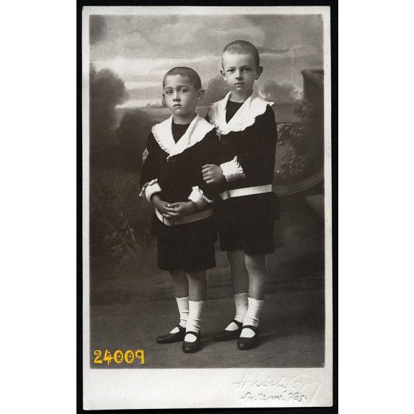 Hirsch (?) műterem, Igló, Felvidék,  fiútestvérek rövidnadrágban, gyönyörű festett háttér, 1920-as évek, Eredeti fotó, papírkép.