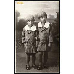Hirsch (?) műterem, Igló, Felvidék,  lánytestvérek egyforma ruhában, gyönyörű festett háttér, 1920-as évek, Eredeti fotó, papírkép.