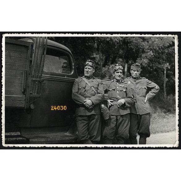 Magyar katonák Ford 917-es teherautóval, egyenruha, jármű, közlekedés, 1930-as évek, Eredeti fotó, papírkép.