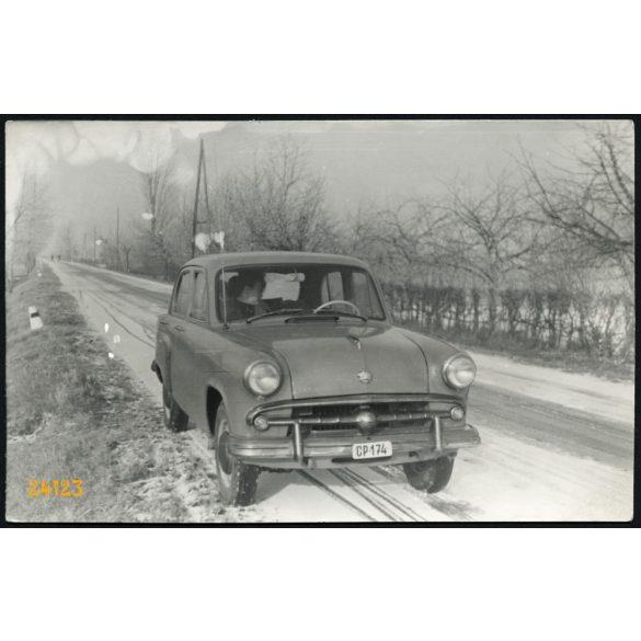 Moszkvics autó havas úton. Jármű, közlekedés. 1950-es évek, Eredeti fotó, papírkép.
