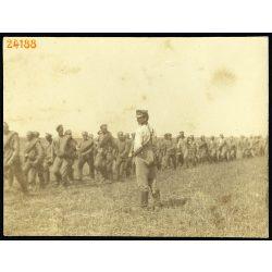 'Muszkalik'. Magyar katona orosz hadifoglyokkal, 1. világháború, keleti hadszíntér, 1916, 1910-es évek, Eredeti fotó, papírkép.
