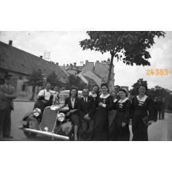 Hölgyek dalos érmekkel, Győr, Szent István út, Mercedes autó, személygépkocsi, jármű, közlekedés, 1930-as évek, Eredeti fotó negatív!