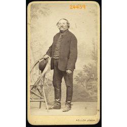 Heller műterem, Buda (Ofen), elegáns férfi bajusszal, csizmában, festett háttér, egész alakos portré, 1860-as évek, Eredeti CDV, vizitkártya fotó.